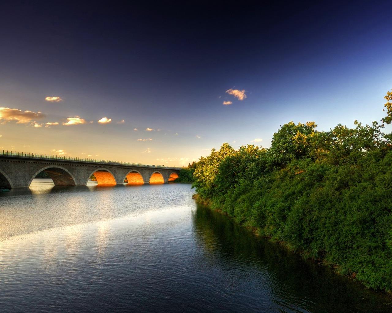 描述: 桥畔树天空-风景高清壁纸 当前壁纸尺寸: 1280 x 1024图片