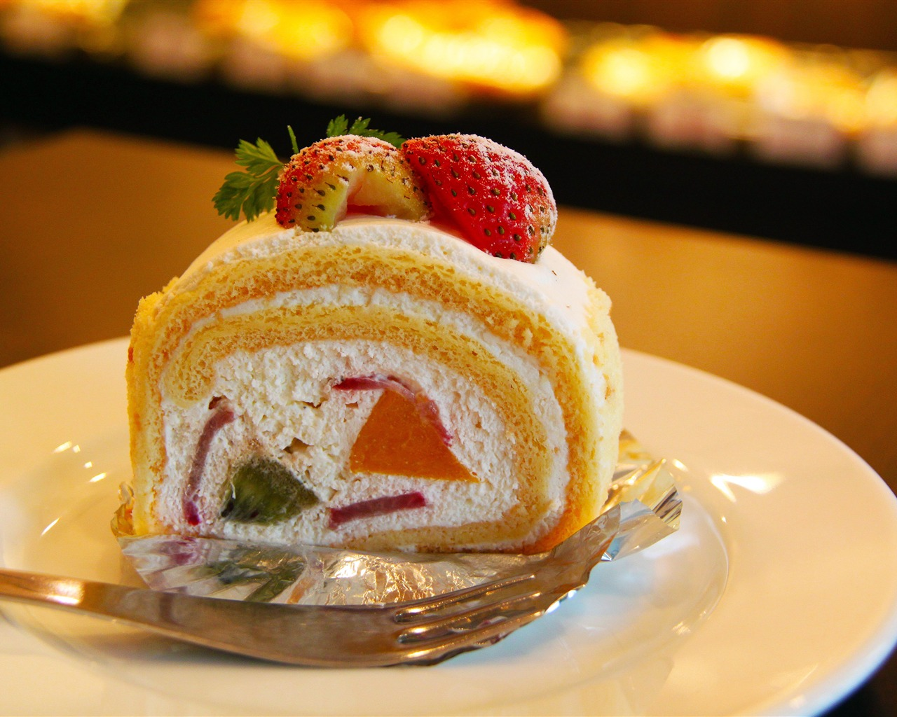 Sweet fruit strawberry cake close-up - 1280x1024 wallpaper download