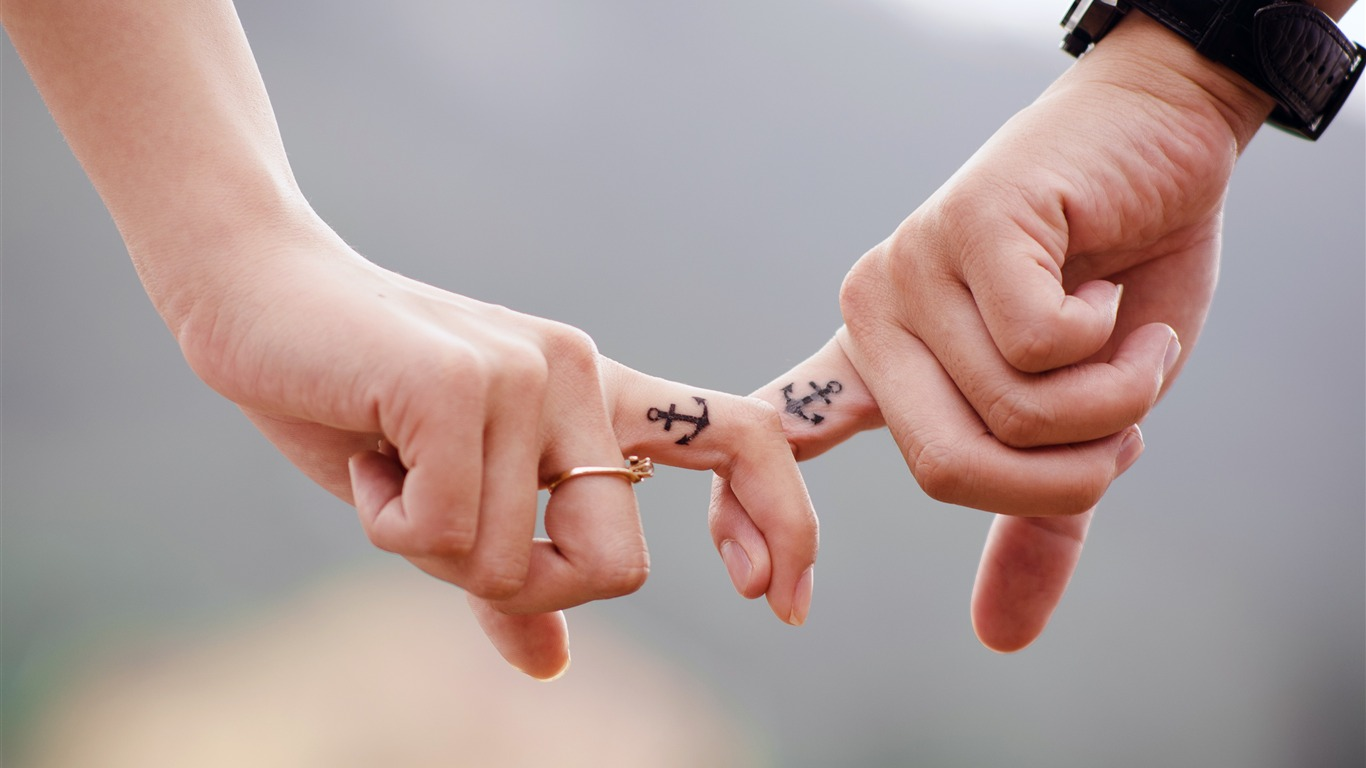Romantic_couple_in_hand_witness_love