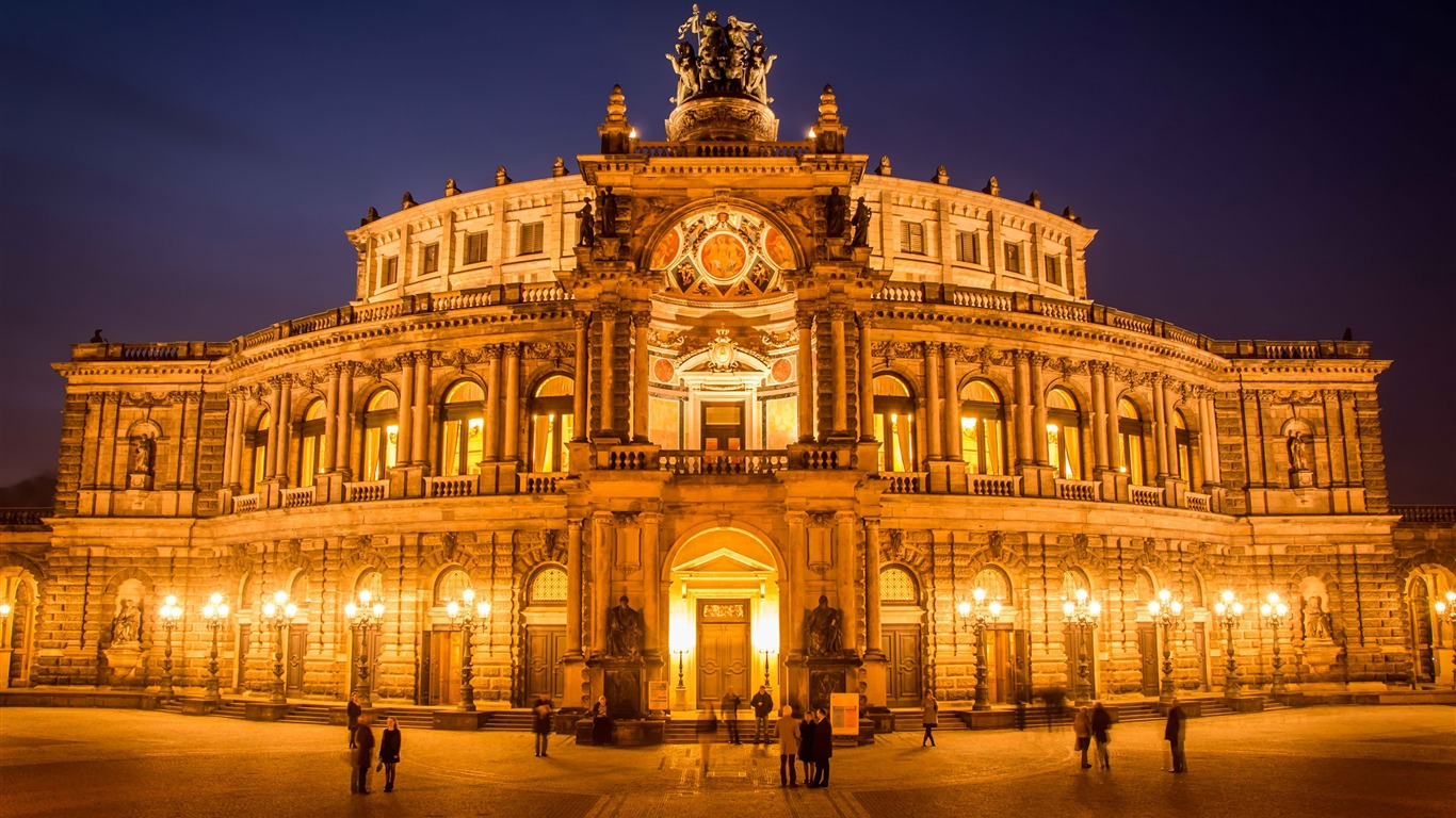Dresden_semper_opera_building_night