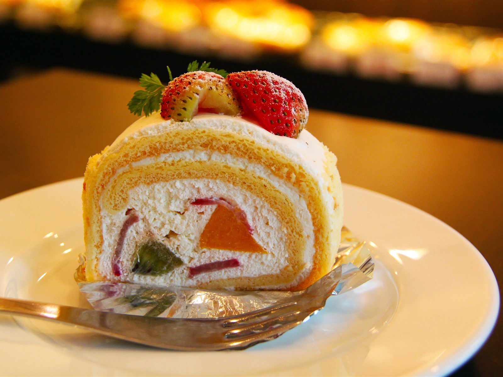 Sweet fruit strawberry cake close-up - 1600x1200 wallpaper download