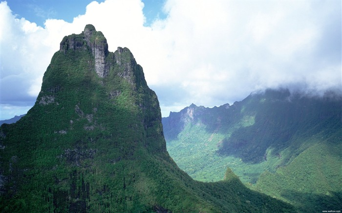 cloud-shrouded peaks of Tahiti Wallpaper Views:8912