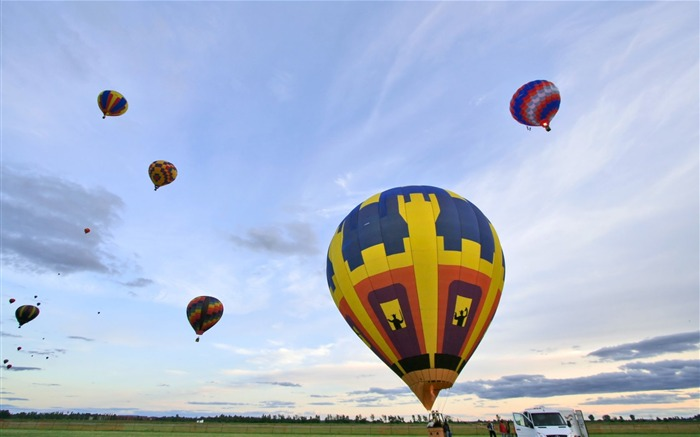 Hot air balloons high in the sky Views:3131