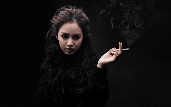金泰姬吸烟-欧美女明星桌面图片 预览
