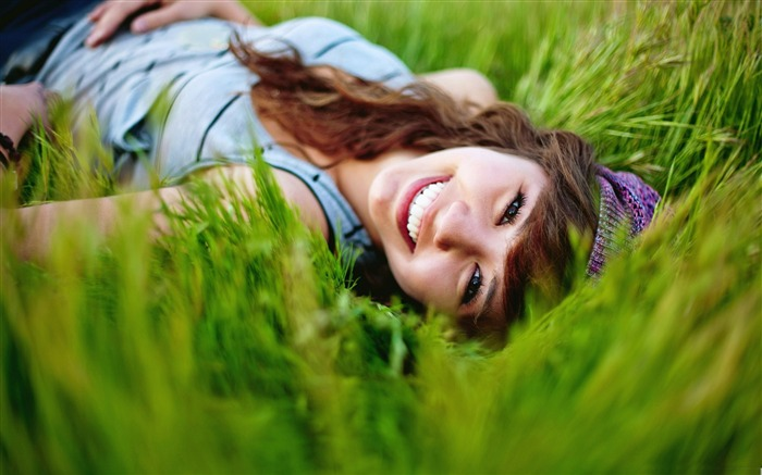 girl in the grass-all kinds of beautiful girl photo wallpaper Views:5176