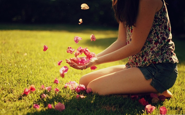 girl playing with flowers-all kinds of beautiful girl photo wallpaper Views:6106