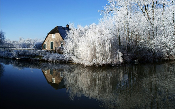 farmhouse and frosty trees-winter snow theme wallpaper Views:4773
