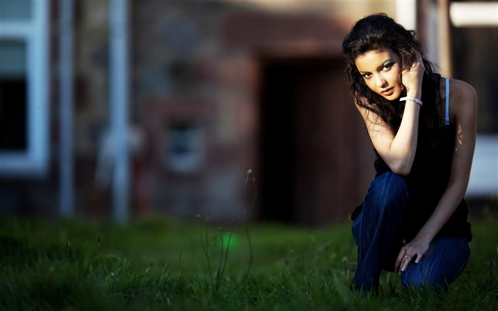 girl sitting outside in grass-Super beautiful photo wallpaper Views:5765