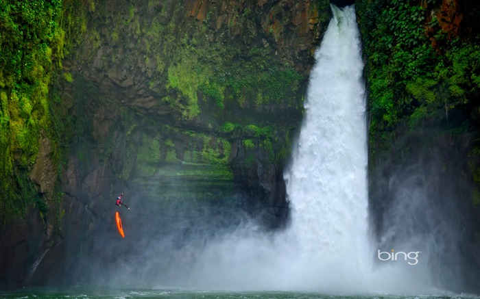 Men parachuted ready next to the Great Falls of Mexico-Bing Wallpaper Views:4269
