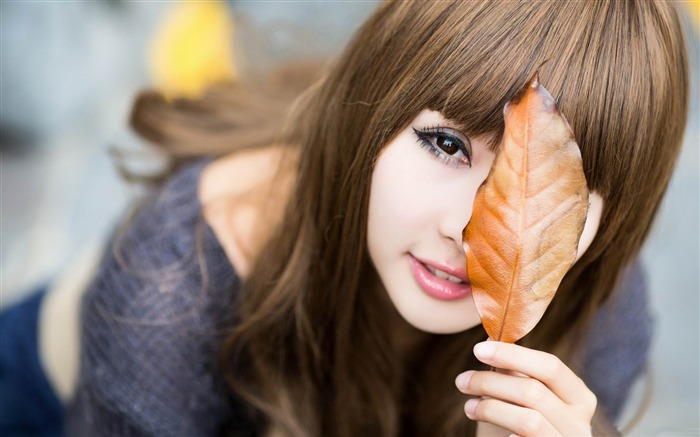 girls leaves-2013 pure beauty photo wallpaper Views:4111