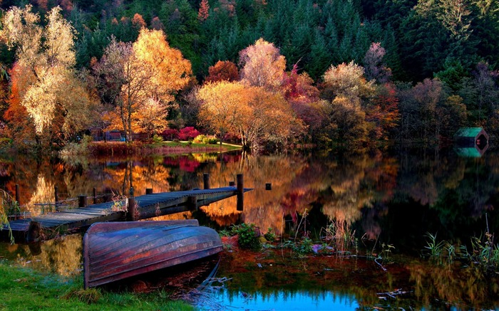 boat coast bottom autumn lake-Natural scenery HD wallpaper Views:3681