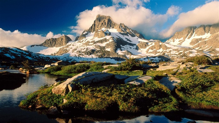 frozen peaks and clouds-Summer scenery wallpaper Views:3648