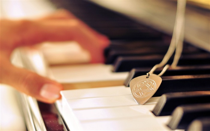 playing piano-Music theme wallpapers Views:10965