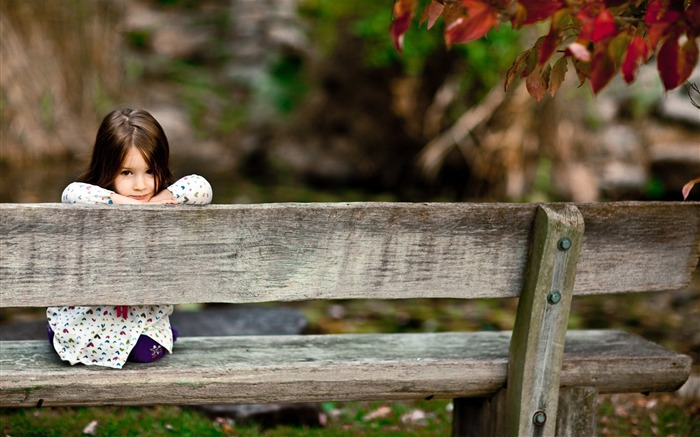 child sitting on a bench-cute HD wallpaper Views:3169