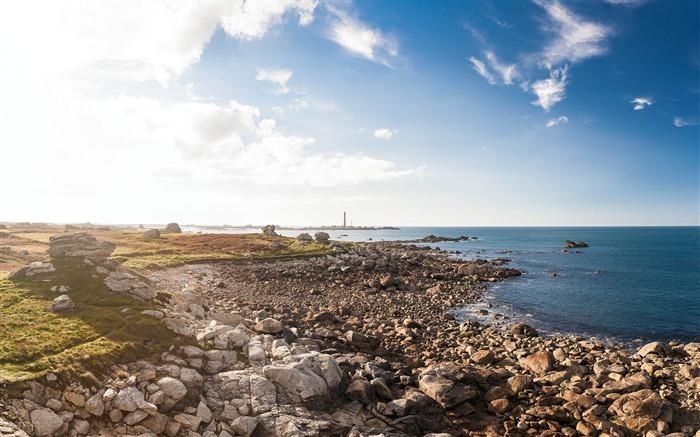 海边沙滩石头的天空-风景高清桌面壁纸