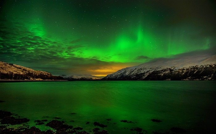 Northern Lights Over Lake-Photos HD Wallpaper Views:2140