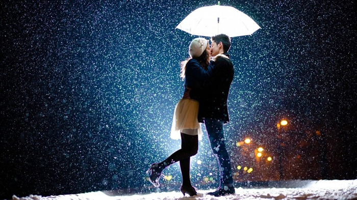 Romantic Couple In Snowfall-High Quality Wallpaper Views:3416
