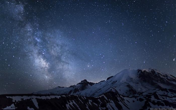 雷尼尔山上空的银河-windows 10 壁纸 预览图片