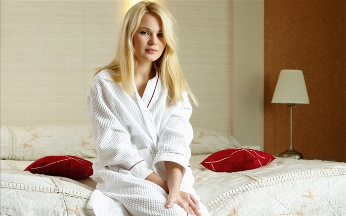 Blonde Beauty Bathrobe-Photo HD Wallpapers Views:2585
