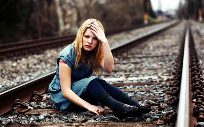 Girl blond railroad-Photo HD Wallpapers Views:2183