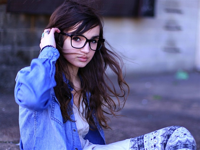 Girl glasses street-Photo HD Wallpapers Views:1934