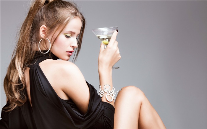Girl martini gray background-Photo HD Wallpapers Views:2021