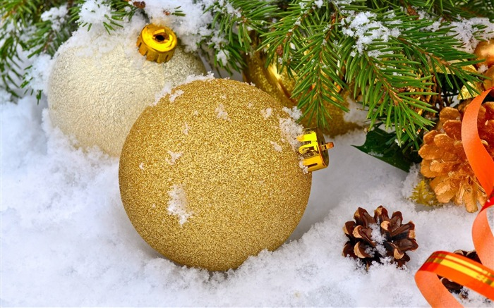 Baubles in snow-Merry Christmas New YearWallpaper Views:2237