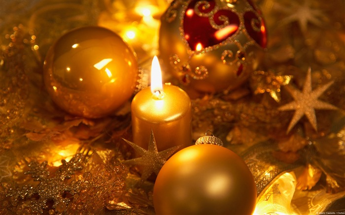 Golden candles and Christmas decorations-Windows 10 HD Wallpaper Views:1792