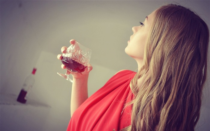 Blonde hair eyes wine glass drink-Beauty poster wallpaper Views:1710