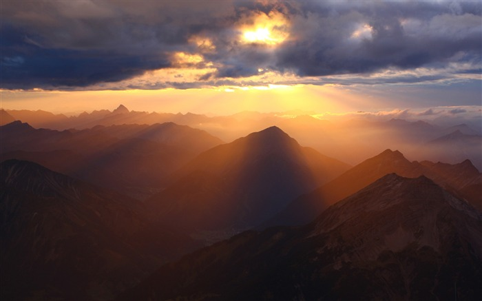 Sunshine through clouds over mountains-HD Retina Wallpaper Views:670