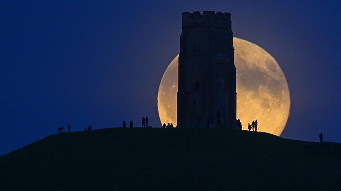 England The moon rises over Glastonbury Tor-2017 Bing Desktop Wallpaper Views:2791 Date:7/23/2017 12:01:09 AM