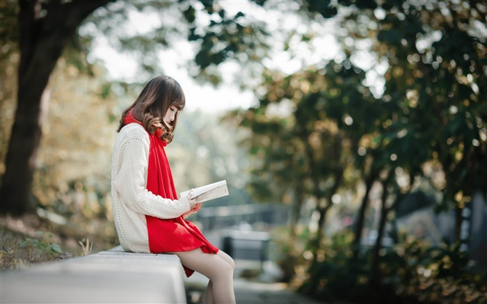Relaxing Young Girl Outside Reading-Model Photo Wallpaper Views:1126