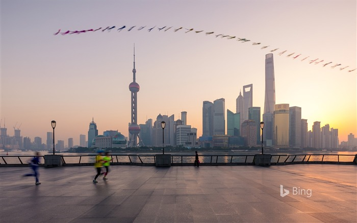 Chinese morning in Shanghai with a kite for the morning with the people 2017 Bing Wallpaper Views:554