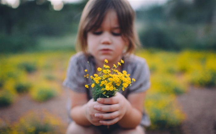 Little girl holding yellow wildflowers 2017 HD Wallpaper Views:672