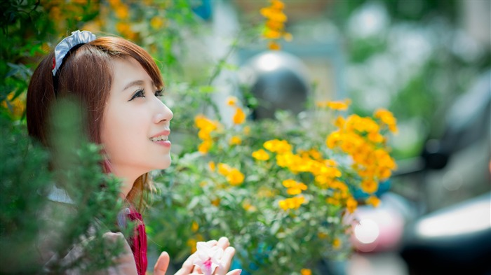 Outdoor flowers sweet smile girl 4K HD Photo Views:138