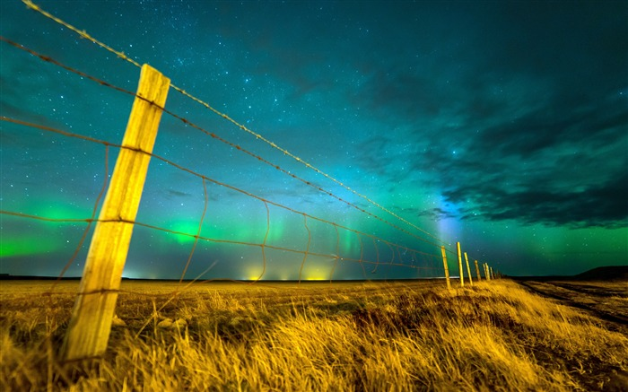 Northern lights sky Isolated fence Views:1210