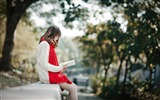 Title:Relaxing Young Girl Outside Reading-Model Photo Wallpaper Views:327